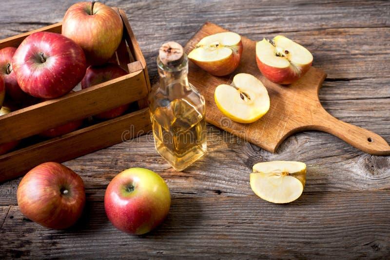 Suco de maçãs vermelhas maduras em uma tabela de madeira imagem de stock royalty free