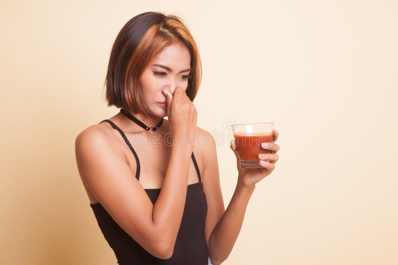 Suco de tomate asiático novo do ódio da mulher fotografia de stock