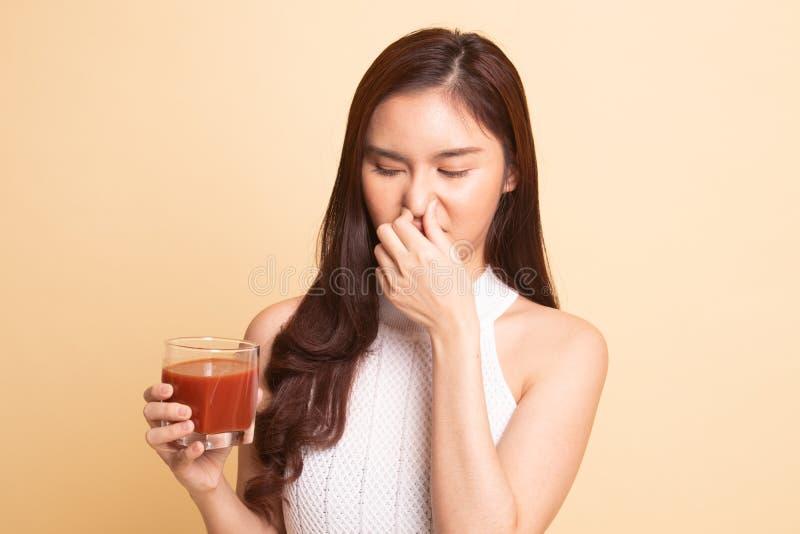 Suco de tomate asiático novo do ódio da mulher fotografia de stock royalty free