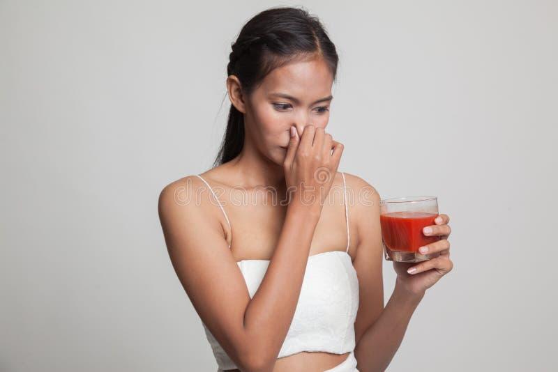 Suco de tomate asiático novo do ódio da mulher imagem de stock