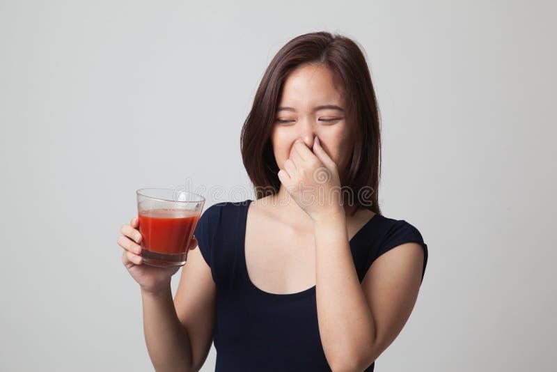 Suco de tomate asiático novo do ódio da mulher imagem de stock royalty free