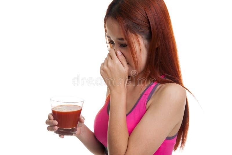 Suco de tomate asiático saudável bonito do ódio da menina foto de stock