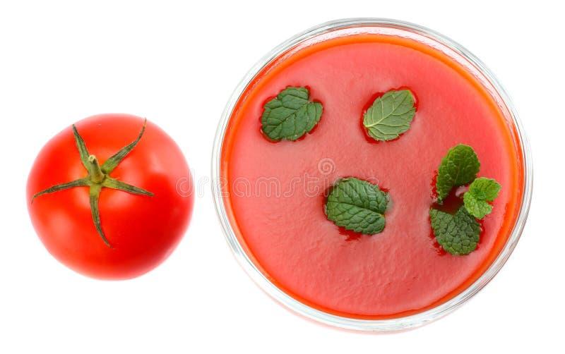 Suco de tomate com a folha da hortelã isolada no fundo branco Vista superior fotos de stock royalty free