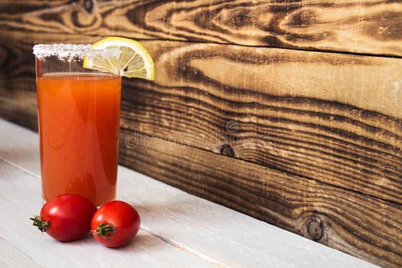 Suco de tomate com limão e tomates de sal foto de stock