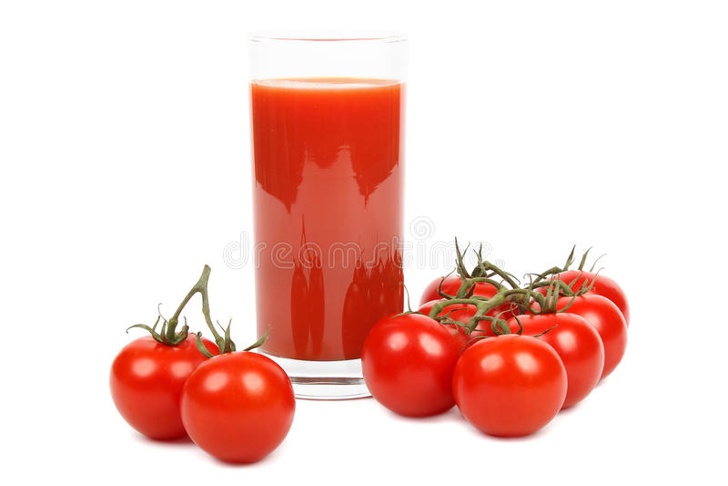 Suco de tomate e grupo dos tomates sobre o branco foto de stock royalty free