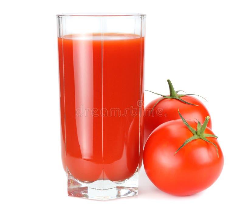 Suco de tomate isolado no fundo branco suco no vidro imagem de stock royalty free
