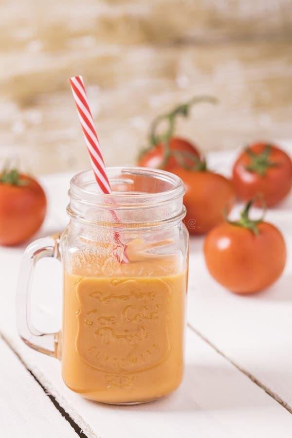 Suco de tomate na tabela foto de stock royalty free