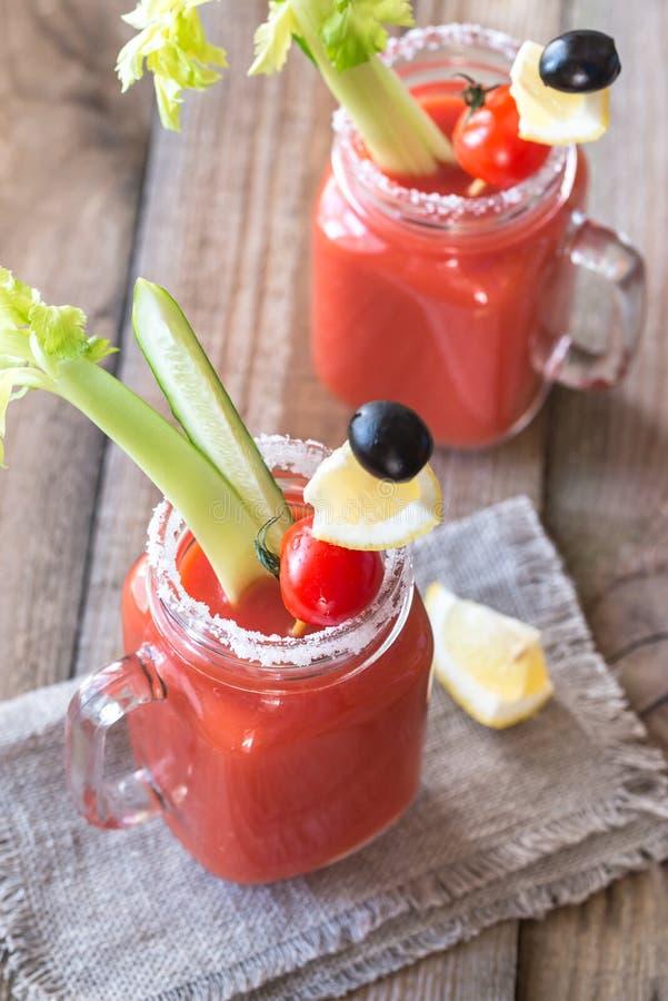 Suco de tomate nos frascos de pedreiro foto de stock royalty free