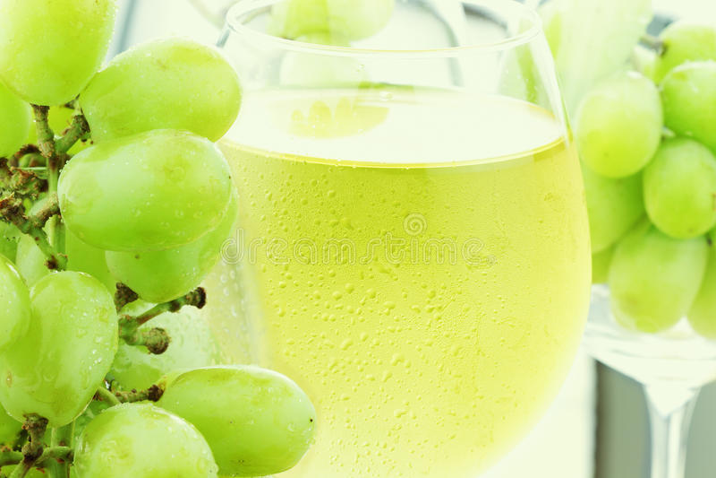 Suco de uva branca e uvas frescas imagens de stock royalty free