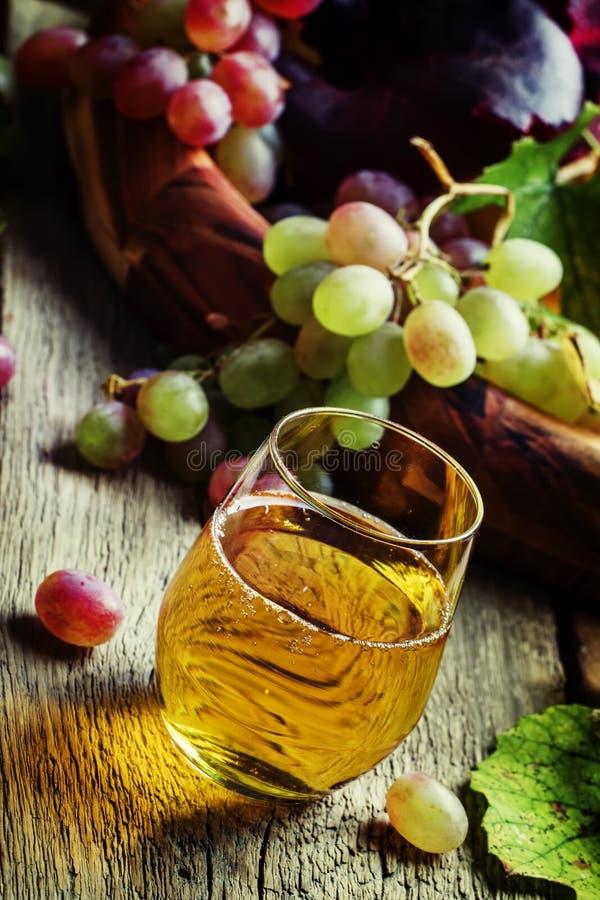 Suco de uva claro, ainda vida no estilo rústico, vagabundos de madeira do vintage imagens de stock royalty free