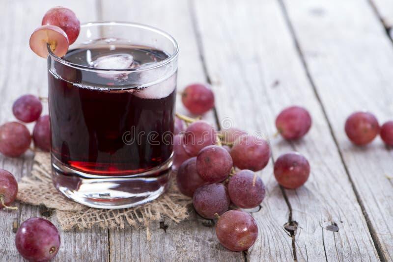Suco de uva vermelha refrigerado foto de stock