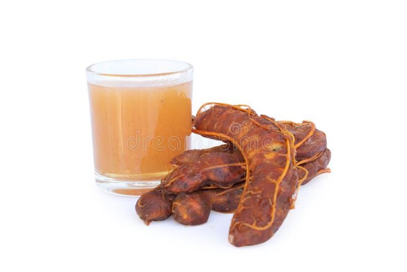 Suco do tamarindo e tamarindo ácido no fundo branco fotografia de stock royalty free