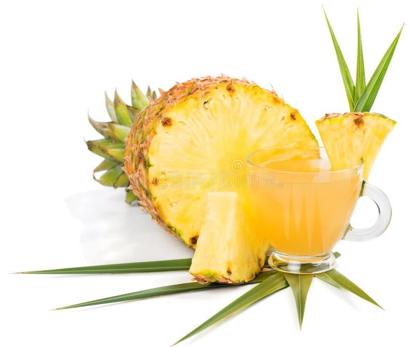 Suco e abacaxi cortado fotografia de stock royalty free