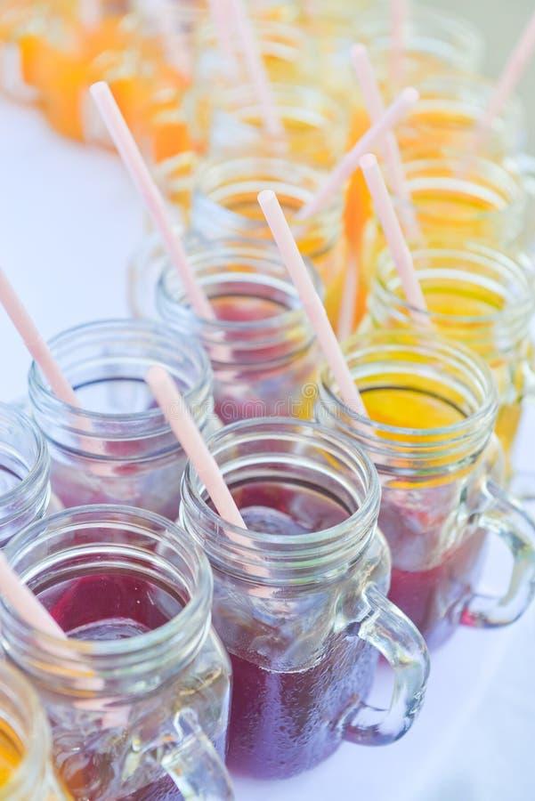 Suco e suco de laranja de uvas no vidro bonito fotografia de stock royalty free