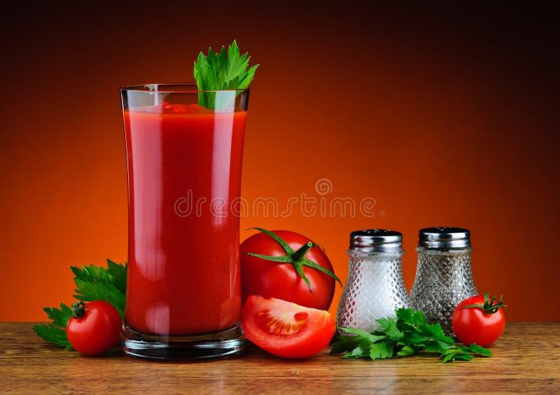 Suco e tomates de tomate imagem de stock