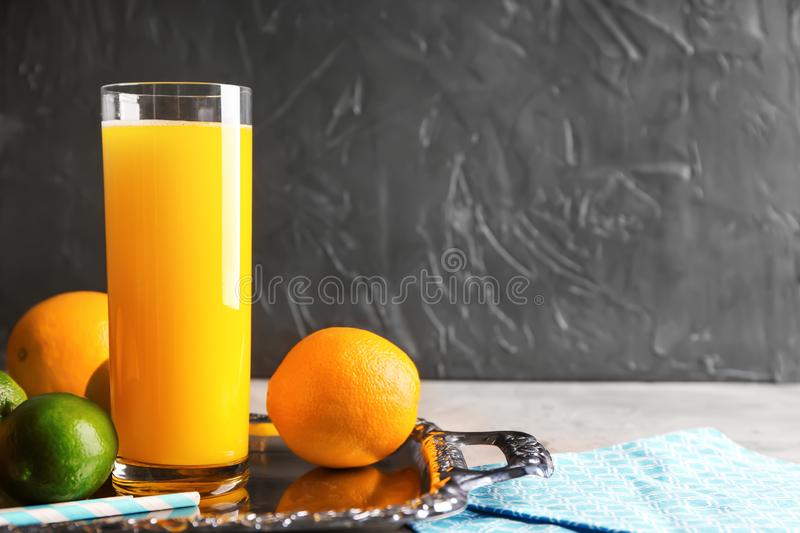 Suco fresco do citrino no vidro e nos frutos na bandeja fotografia de stock