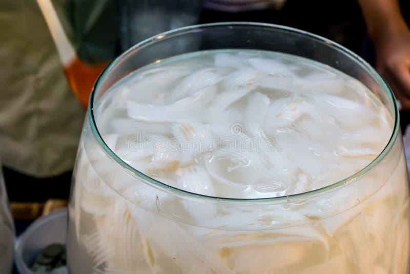 Suco novo do coco no grande recipiente de vidro para vendas em fresco imagem de stock royalty free