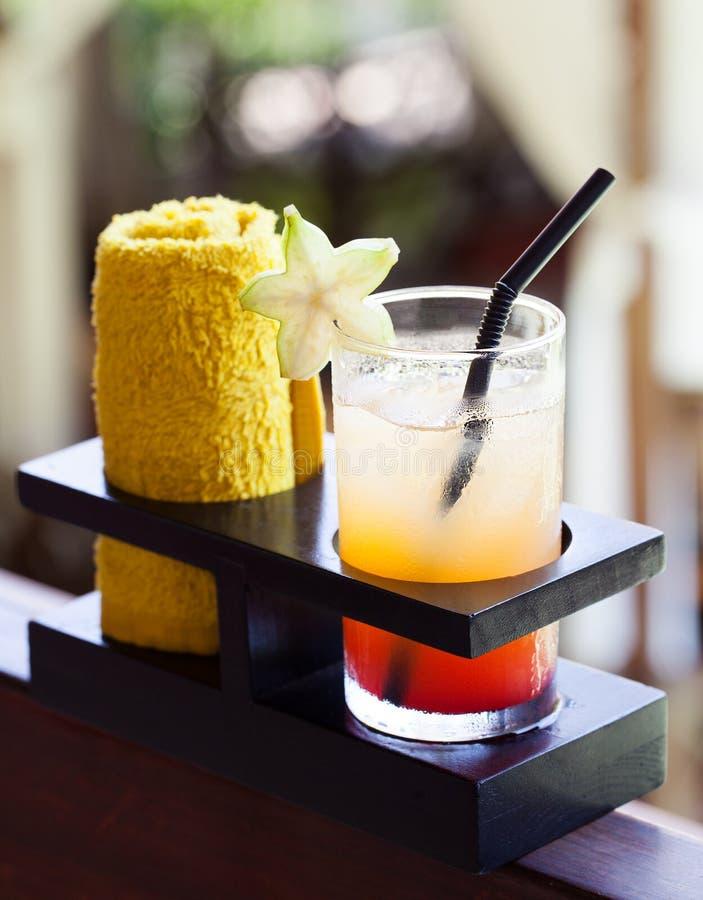 Suco tropical e toalha fria, bebida bem-vinda no hotel e fundo exterior dos termas foto de stock royalty free