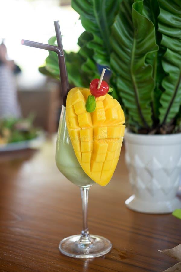 Suco tropical fresco da manga do batido de fruta e manga fresca fotografia de stock royalty free