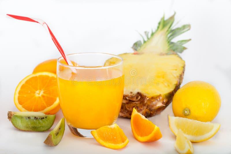 Suco tropico da mistura com abacaxi, laranja, limão & quivi fotos de stock
