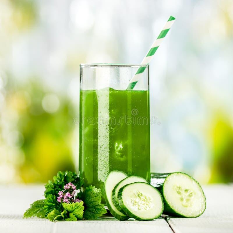 Suco vegetal verde saboroso com pepino fotografia de stock