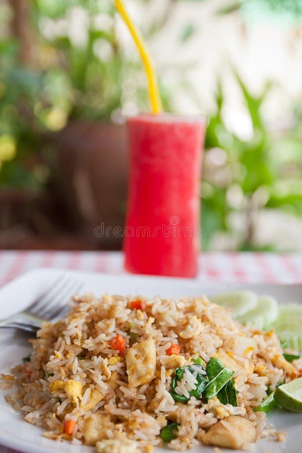 Suco vermelho da melancia e arroz fritado vegetal do tofu imagens de stock