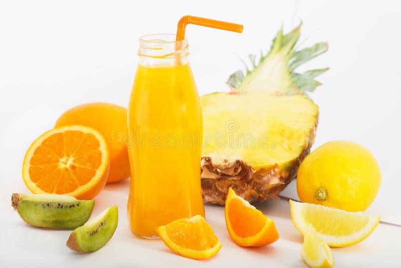 Sucos da desintoxicação com abacaxi, morango, maçã e laranja fotos de stock
