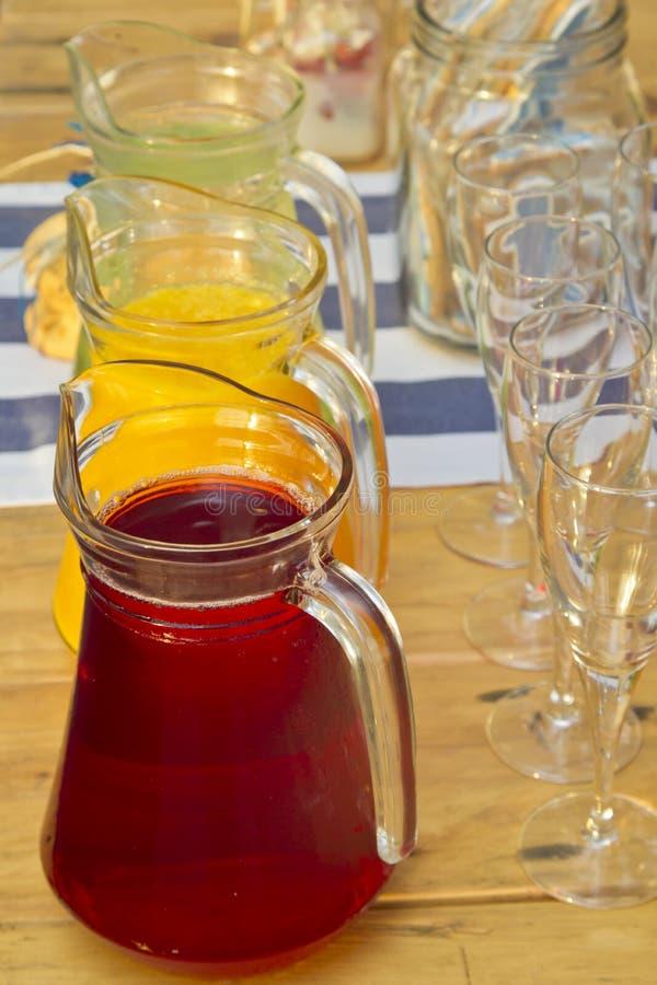 Sucos de fruto coloridos diferentes foto de stock