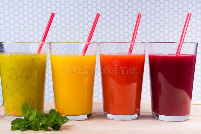 Sucos de fruto pressionados frescos de Colofrul em vidros altos foto de stock royalty free
