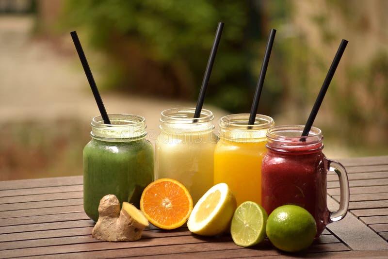 Sucos de fruto variados fotos de stock royalty free