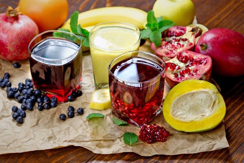 Sucos e batido de fruto fresco saudáveis foto de stock