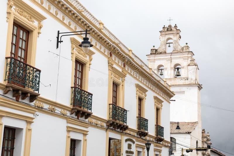 Sucre är den konstitutionella huvudstaden av Bolivia Traditionell colo royaltyfria foton