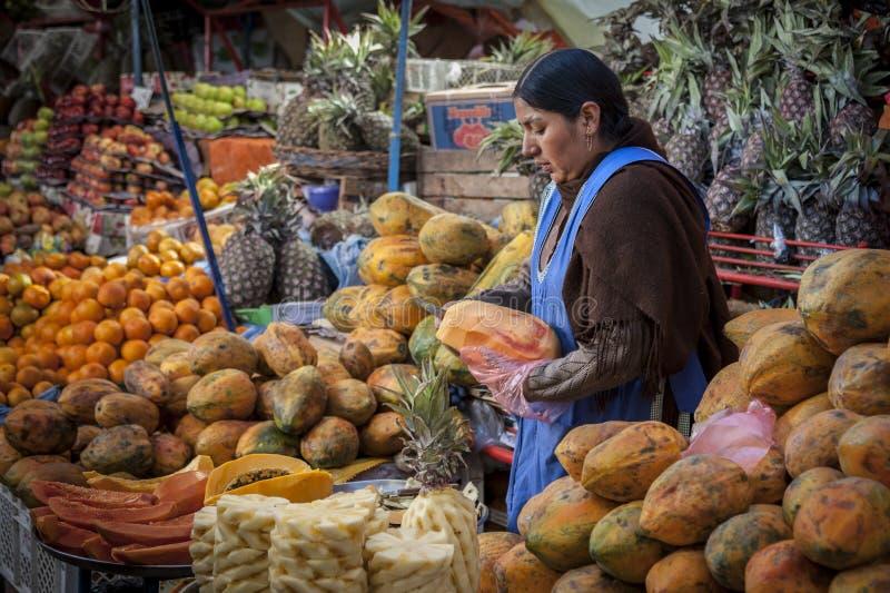 SUCRE, BOLIVIË - AUGUSTUS 07, 2017: Niet geïdentificeerde Boliviaanse verkopers bij Fruitboxen bij Centrale Markt in Sucre stock afbeeldingen