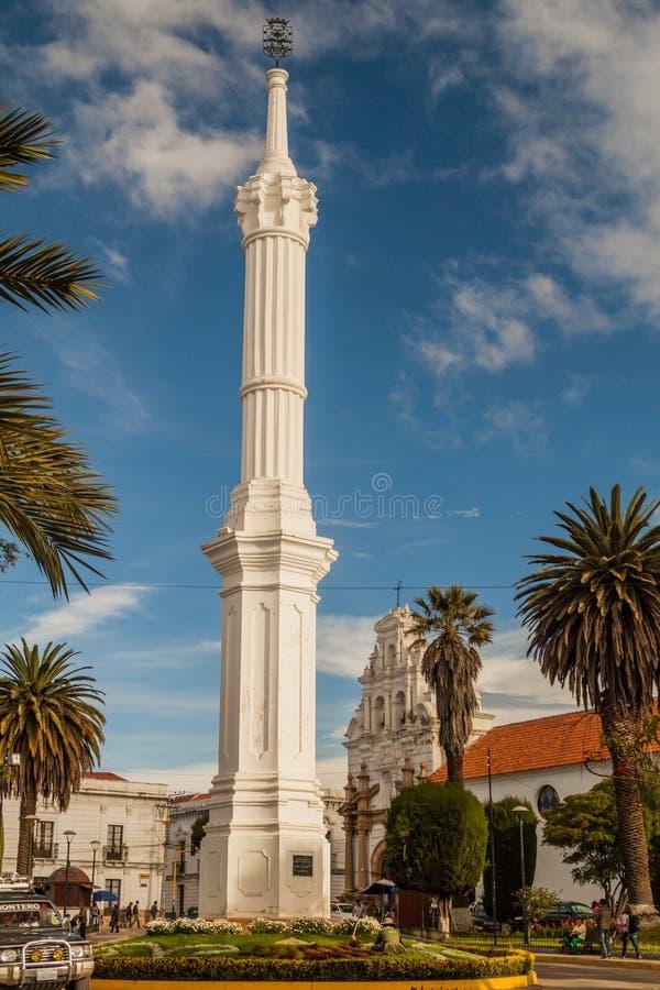 SUCRE BOLIVIA - APRIL 21, 2015: Obelisk av den Freedom Tower monumentet i Sucre, huvudstad av Bolivi arkivfoto