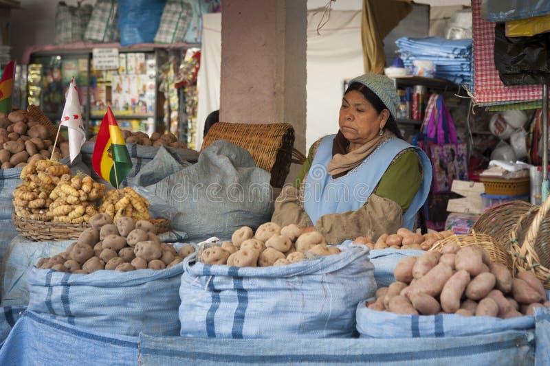 SUCRE BOLIVIA - AUGUSTI 07, 2017: Oidentifierade bolivian säljare på den centrala marknaden i Sucre arkivbild