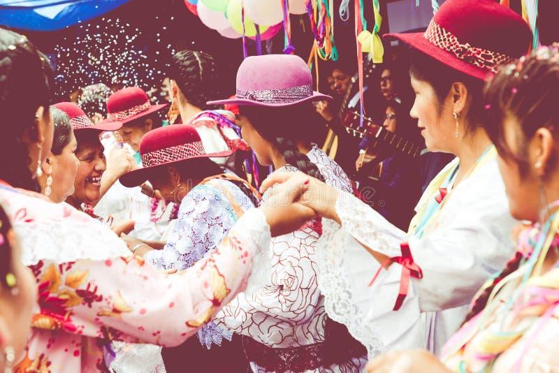 SUCRE, BOLIVIA - 8 DE FEBRERO DE 2018: Bailarines en el carnaval de Sucre adentro foto de archivo libre de regalías