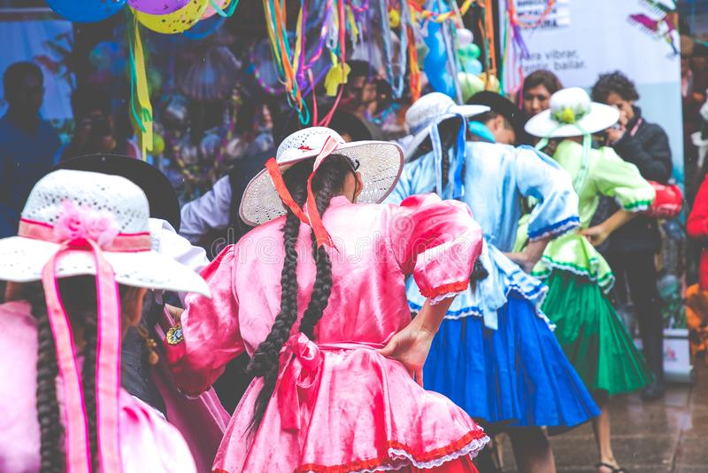 SUCRE BOLIVIA - FEBRUARI 8, 2018: Dansare på den Sucre karnevalet in royaltyfri fotografi