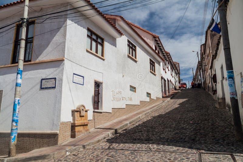 SUCRE BOLIWIA, KWIECIEŃ, - 21, 2015: Moczę brukował ulicę w Sucre, Boliv zdjęcie royalty free