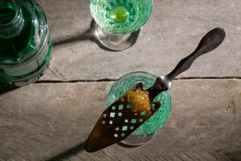 Sucre brûlant sur la cuillère en verre d'absinthe photo libre de droits