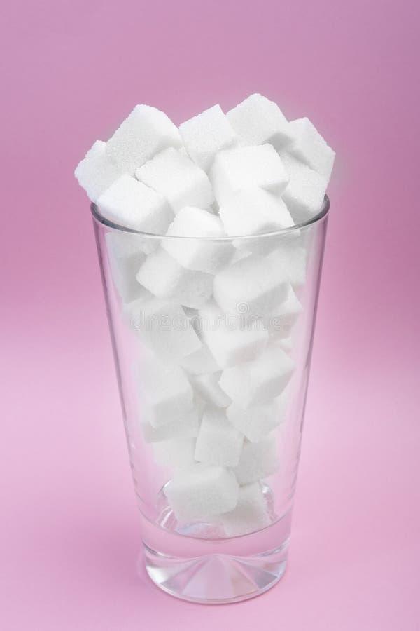Sucre dans un verre de soude La consommation excessive de sucre mène à l'obésité Consommation saine photo libre de droits