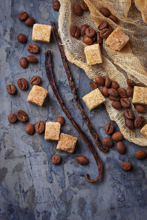 Sucre de canne de Brown, grains de café et cosses de vanille image stock