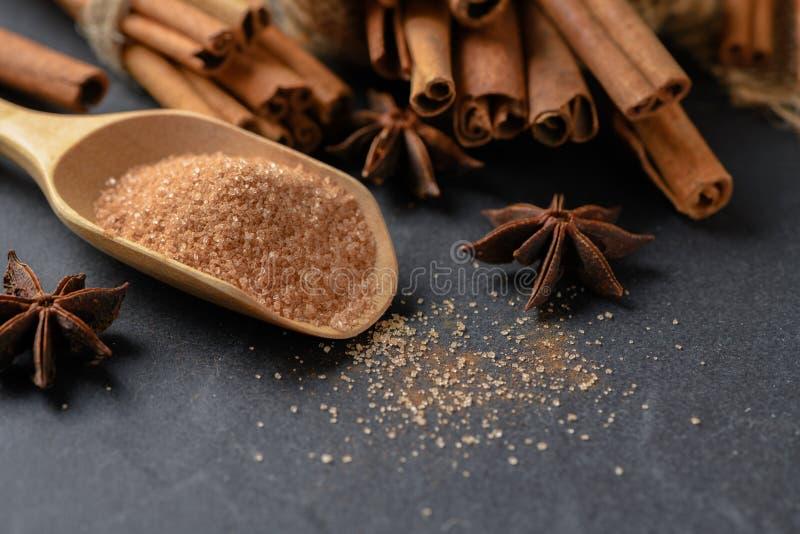 Sucre de mélange de poudre de cannelle sur le scoop en bois images stock