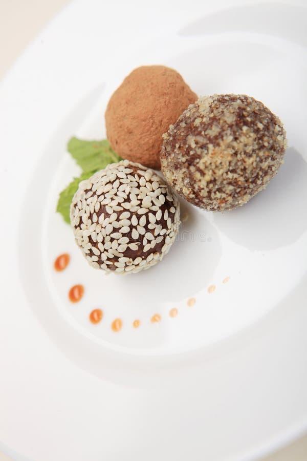 Sucrerie avec les abricots secs et les pruneaux du plat blanc photos libres de droits