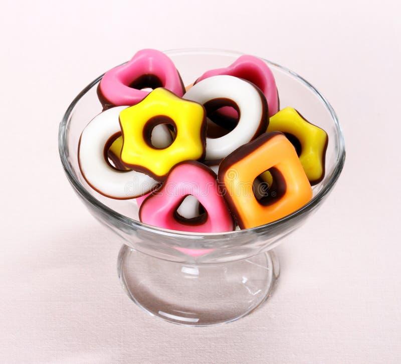 Sucrerie colorée avec le coeur rose dans le bol en verre images libres de droits