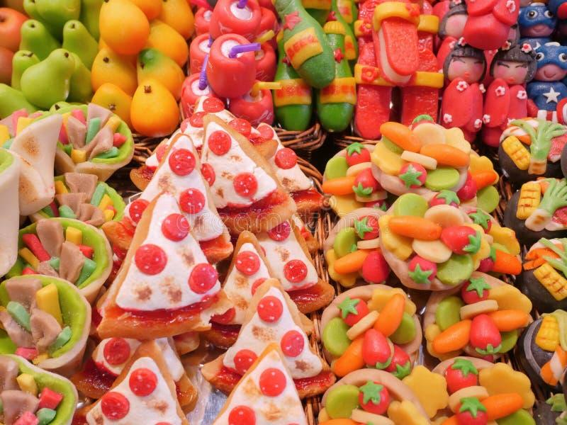 Sucrerie colorée dans beaucoup de formes du fruit, du légume et des jouets photos stock