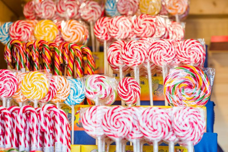Sucrerie colorée de beaucoup de lucettes pour l'enfant photos stock