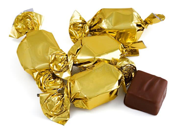 Sucrerie de chocolat enveloppée dans le clinquant, d'isolement sur le blanc photographie stock libre de droits