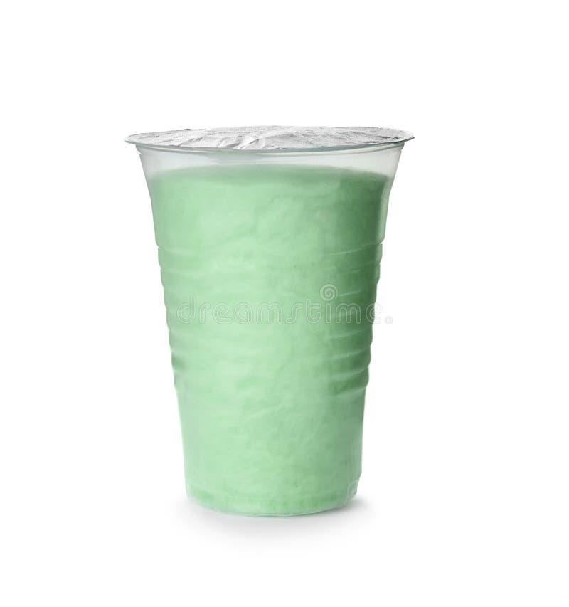 Sucrerie de coton délicieuse dans la tasse en plastique sur le blanc photo libre de droits