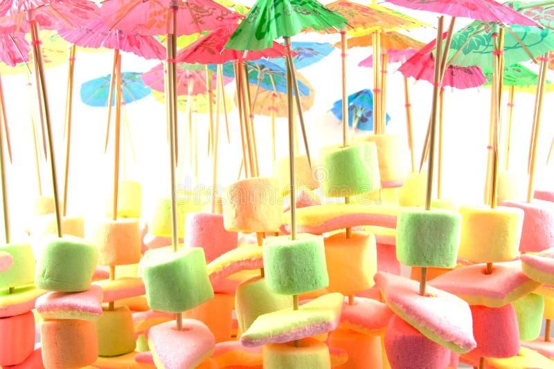 Sucrerie de guimauve sur le bâton avec le parapluie photographie stock libre de droits