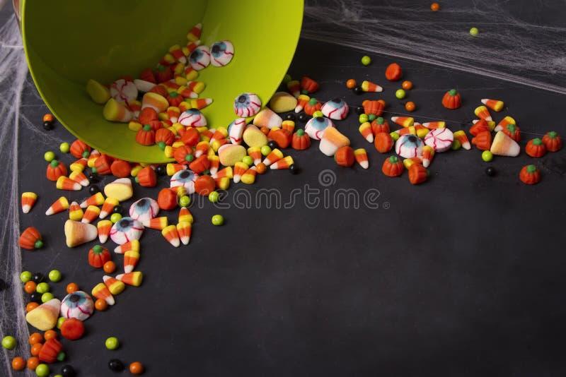 Sucrerie de Halloween se renversant hors d'un seau vert images libres de droits